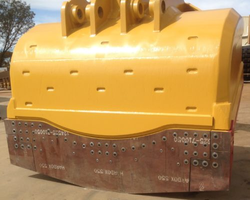 Underside of underground loader bucket that is ready to dig without any wear bars or heel shrouds. Alternative description: Underground mining bucket.