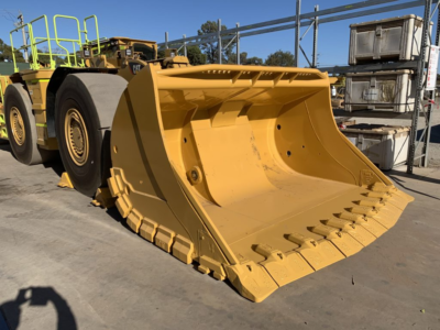 CAT R2900 loader with conventional underground loader bucket attached